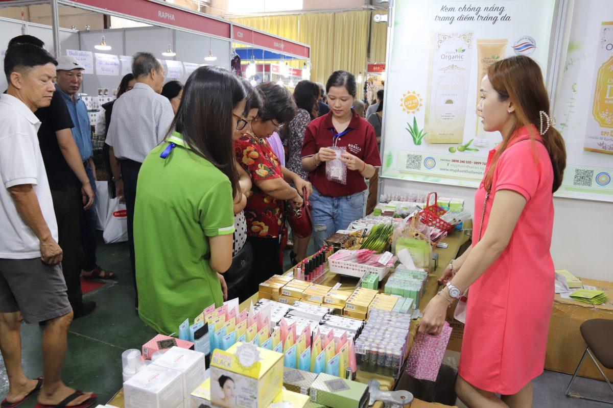 Hội chợ hàng Thái Lan thu hút được đông đảo khách đến thăm quan, mua sắm.