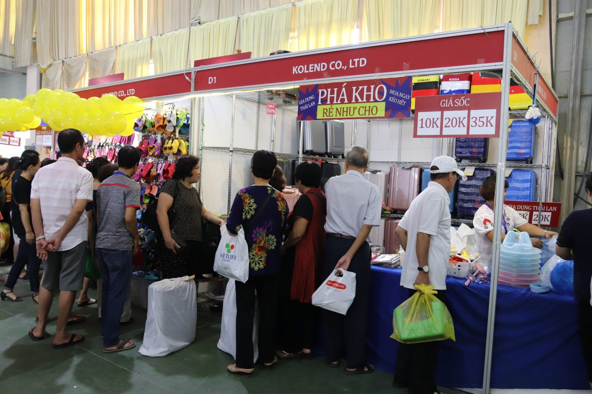 Nhiều mặt hàng chất lượng tốt được giảm giá tại hội chợ bán lẻ hàng Thái Lan.