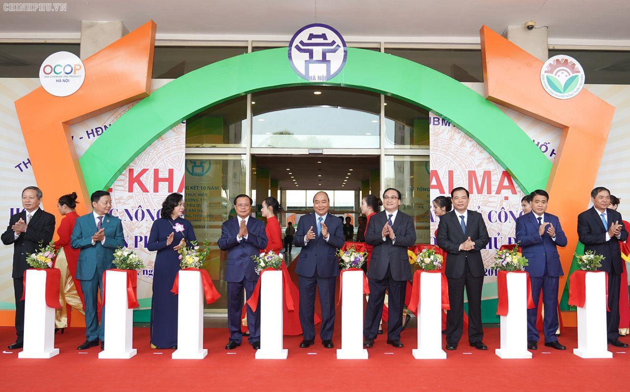 Các đồng chí lãnh đạo Đảng, Nhà nước và thành phố Hà Nội cắt băng khai mạc Hội chợ