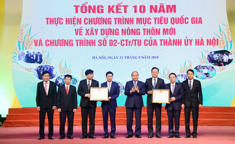 Thủ tướng Chính phủ Nguyễn Xuân Phúc trao Bằng công nhận huyện đạt chuẩn nông thôn mới năm 2018 cho hai huyện: Gia Lâm và Quốc Oai.